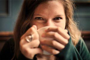 Donna sorride con tazza di latte