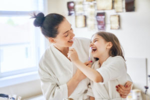 Mamma e figlia si lavano i denti